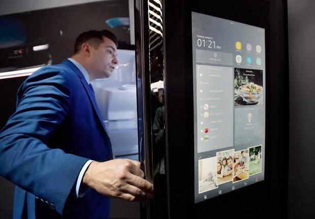 Visitante examina a geladeira da linha Family Hub da Samsung durante a CES (Foto: David Becker/Getty Images)