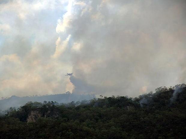 Bombeiros usam avião para tentar apagar incêndio em parque ecológico. (Foto: Edevilson Arneiro/Prefeitura de Barra do Garças-MT)