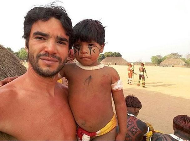 Caio Blat e o pequeno índio da aldeia Yawalapity (Foto: Reprodução/Instagram)