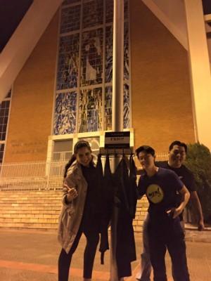 Cabides foram colocados em vários pontos de Londrina, como na frente da Catedral Metropolitana (Foto: Divulgação/Amigos Solidários)