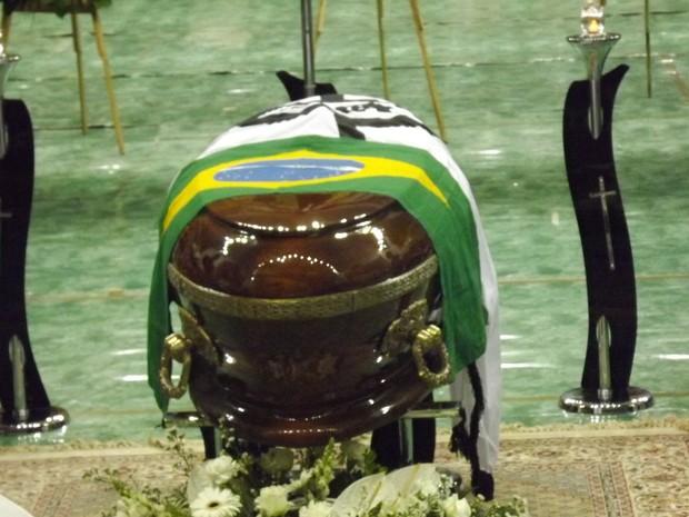 Caixão estava coberto com a bandeira do Santos e do Brasil (Foto: Ivair Vieira Jr/G1)