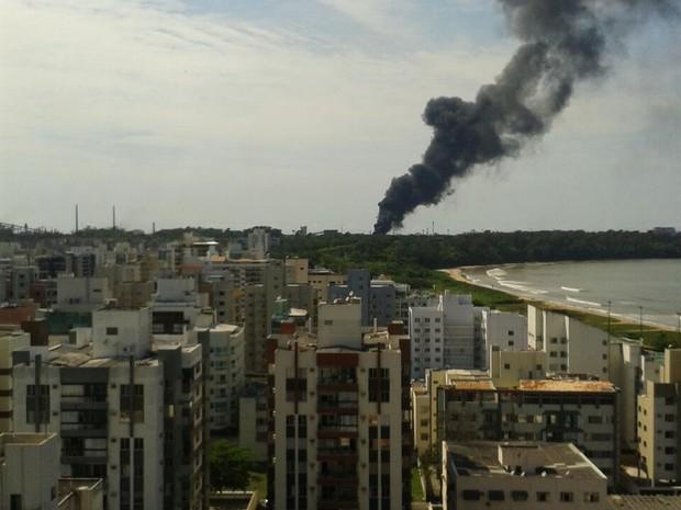 Fumaça vista de Camburi, em Vitória (Foto: VC no ESTV)