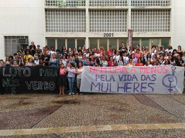 Manifestantes se reuniram em frente ao Terminal Central de Piracicaba (Foto: Carol Giantomaso/G1)