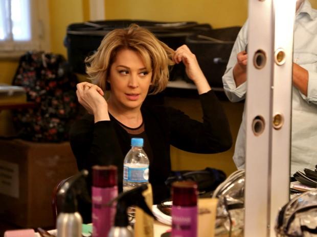 Claudia Raia passa pela caracterização de Samantha antes de entrar em cena (Foto: Alto Astral/ TV Globo)