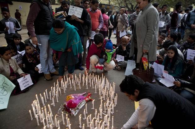 Indianos acendem velas neste domingo (30), em homenagem à jovem que morreu após sofrer estupro coletivo (Foto: AP Photo/ Dar Yasin)