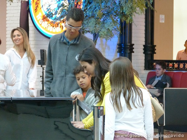 Tatá se arrisca no piano durante intervalo de gravação (Foto: Amor à vida/TV Globo)