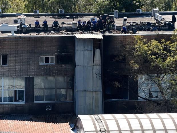 Bombeiros trabalham no armazém onde 16 imigrantes morreram após incêndio em Moscou, na Rússia (Foto: Vasily Maximov/AFP)