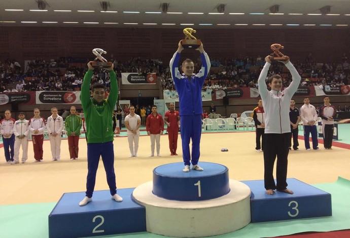 Sasaki ergue o troféu conquistado com o segundo lugar em tradicional evento de Barcelona (Foto: Divulgação)