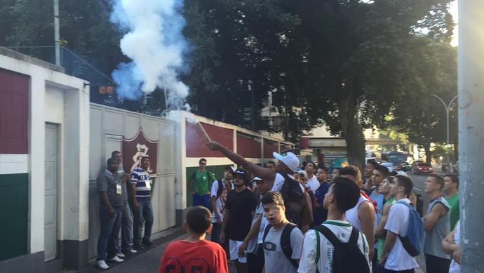 Protesto torcida Fluminense nas Laranjeiras (Foto: Edgard Maciel de Sá)