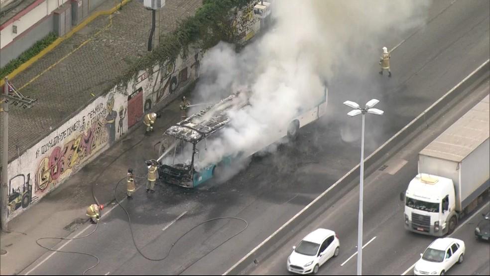 Bombeiros tentam controlar fogo em ônibus na manhã desta terça-feira (2), no Rio de Janeiro.  (Foto: Reprodução / Tv Globo)