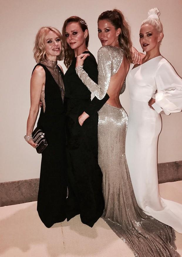 Naomi Watts, Stella McCartney, Gisele Bündchen e Kate Hudson posam para as lentes de Tom Brady (Foto: Instagram/Reprodução)