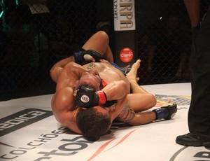 Rodrigo Monstro finaliza Gabriel Gorilla no Jungle Fight 63 (Foto: Igor Mota / Jungle Fight)