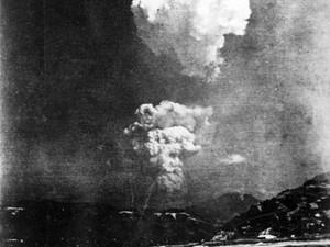 Imagem rara do cogumelo atômico de Hiroshima foi encontrado em arquivo de escola da cidade, revelou uma curadora japonesa. Acredita-se que a fotografia em preto e branco tenha sido feita cerca de 30 minutos depois do bombardeio, em 6 de agosto de 1945. (Foto: AFP/Escola Honkawa)