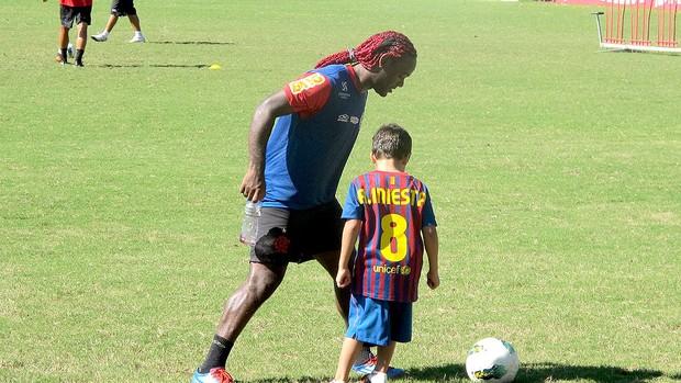 Vagner Love brinca com filho de Deivid no treino do Flamengo (Foto: Richard Souza / Globoesporte.com)