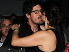 Helena Ranaldi ganha beijos do namorado, Daniel Alvim, em estreia