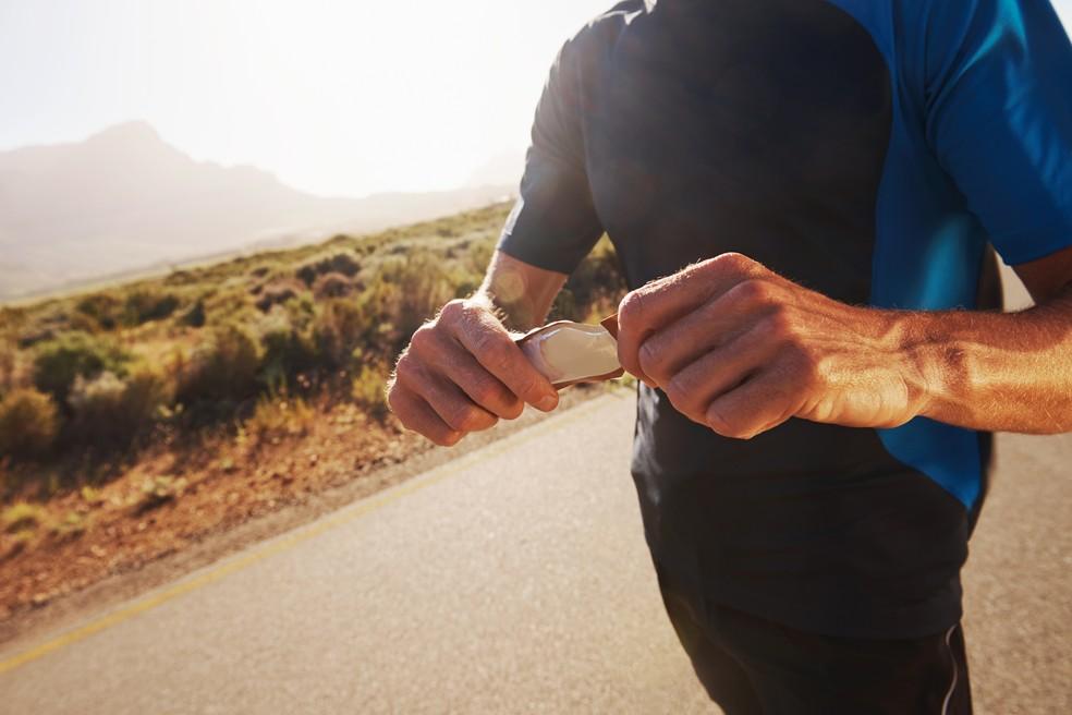 Reposição de energia com gel carboidrato nos treinos de corrida (Foto: iStock Getty Images)