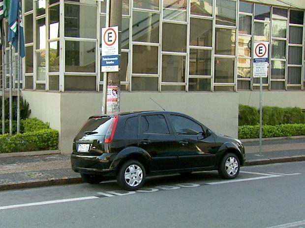 Carro estaciona em vaga destinada a idosos em Limeira (Foto: Reprodução EPTV)