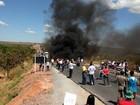 Moradores protestam contra obra paralisada na BR-020, em Goiás