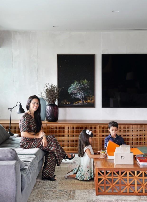 Família A moradora Adriana e os filhos Nina Rosa, 3 anos, e Enzo, 5, em um canto da sala de TV (Foto: Denilson Machado / MCA Estúdio)