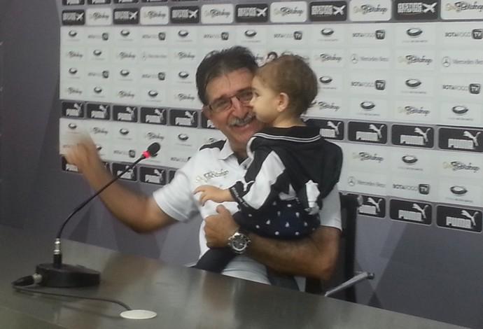 René Simões e neta Isabela, Botafogo x Fluminense (Foto: Marcelo Baltar)