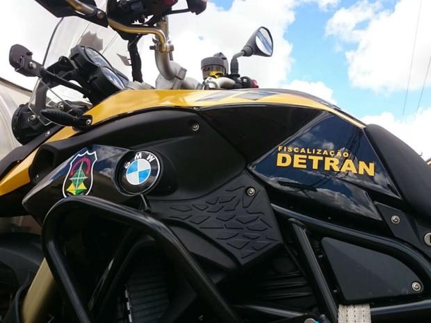 Motocicletas da alemã BMW com adesivos do Detran do Distrito Federal; modelo começa a circular em fevereiro (Foto: TV Globo/Reprodução)