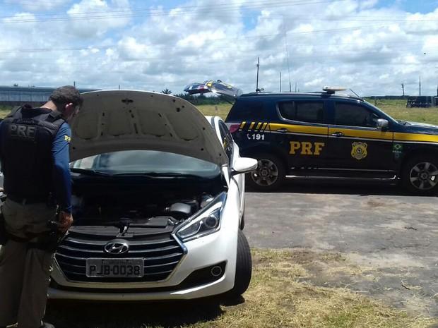 Veículo de placa original PJW-4834 havia sido roubado em Salvador (BA) (Foto: Divulgação/PRF)