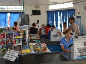 Supermercado improvisou aviso aos clientes sobre a impossibilidade de uso das máquinas (Foto: Marcelo Marques/G1 RR)