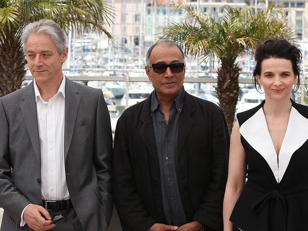 os atores William Shimell e Juliette Binoche posam para fotos antes da exibição do longa 'Copie conforme', de Abbas Kiarostami (ao centro).  (Foto: Mark Mainz/AP)
