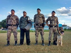 Militares têm de ter aptidão para o treinamento e aperfeiçoiamento dos cães (Foto: Juliana Peixoto/G1)