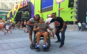 Acompanhado dos primos, cadeirante elogiou acessibilidade do festival  (Foto: Rafael Teles / Gshow)
