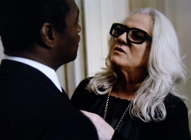 Vic tenta levar o segurança de Angela para seu quarto (Foto: O Rebu / TV Globo)