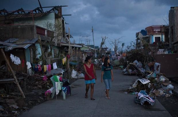 16-11 -  Foto deste sábado mostra vítimas do tufão Hayian andando em uma rua na cidade de Tanauan, nos arredores de Tacloban.  (Foto: AFP Photo/ Nicolas Asfouri)