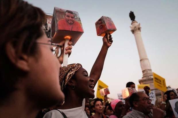 Defensores da libertação dos ativistas presos em Angola acendem velas em vigília realizada em Lisboa, Portugal (Foto: Ricardo Rodrigues da Silva/ Amnistia Internacional Portugal)