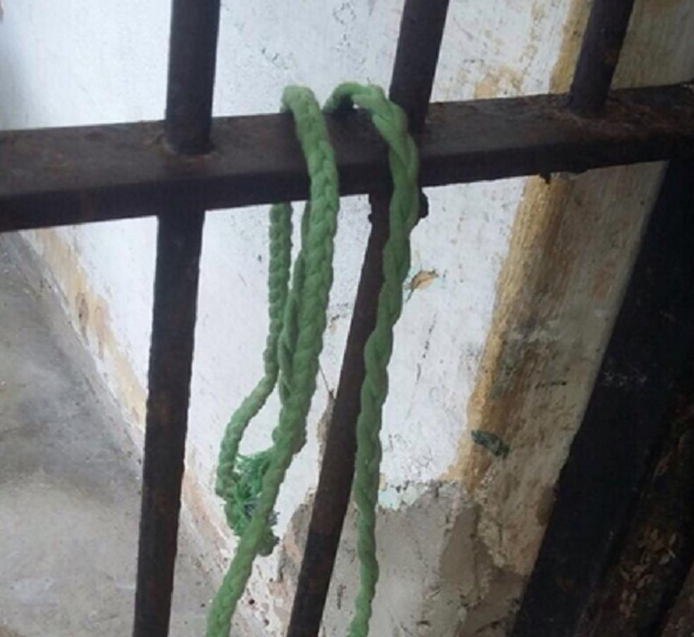 Um dos presos usou uma lâmina para render um policial.  (Foto: Sinpol/Divulgação)
