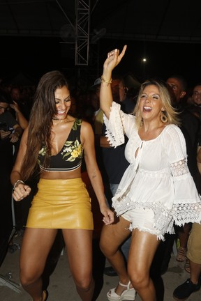 Mari Gonzalez e Carla Perez em show em Salvador, na Bahia (Foto: Fred Pontes/ Brazil News)