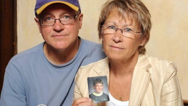 Jerry e Patty Wetterling, pais de Jacob, mostram foto do garoto tirada pouco antes dele ser sequestrado em 1989  (Foto: AP)