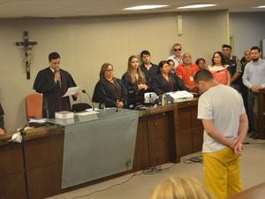 Eduardo ouvia a sentença após após 19h de julgamento (Foto: André Resende/G1)