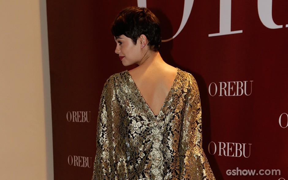 Vestido de Sophie tem um decotão nas costas (Foto: Fábio Rocha/TV Globo)