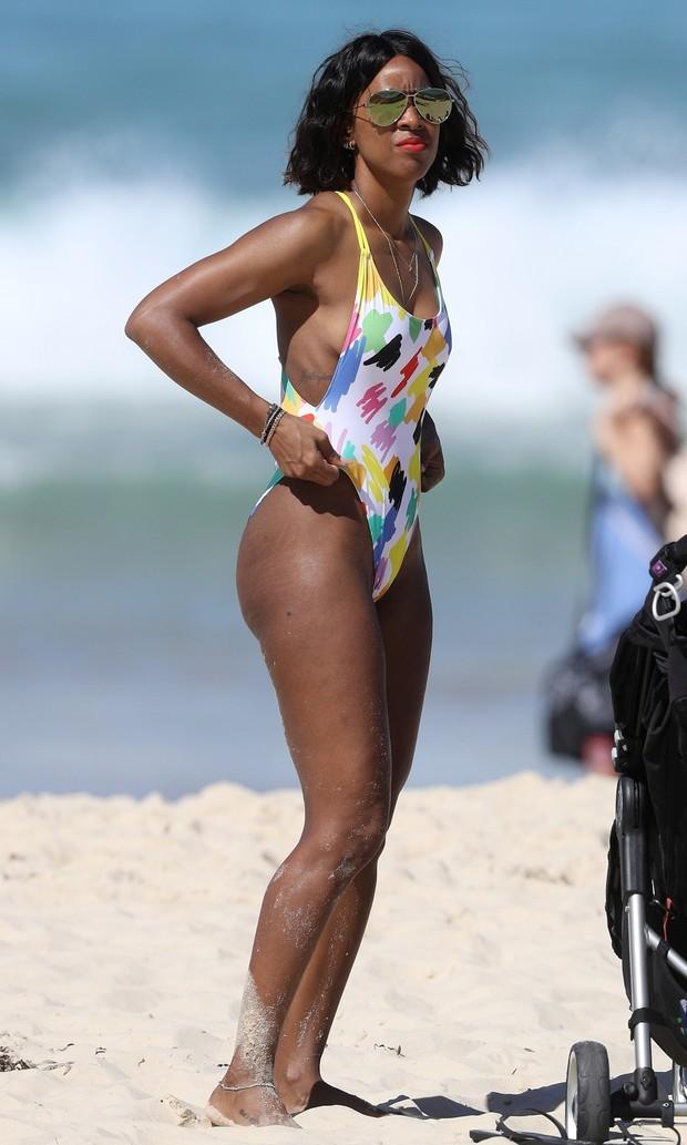 Kelly Rowland em praia em Sydney, na Austrália (Foto: AKM-GSI/ Agência)
