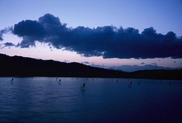 Estúdio japonês cria instalação com cadeiras flutuantes em lago sagrado (Foto: Divulgação)