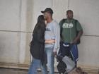 Thiaguinho e Fernanda Souza trocam carinhos em aeroporto do Rio