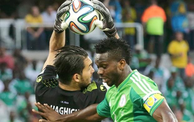 Alireza Haghighi e Joseph Yobo jogo Irã x Nigéria (Foto: Reuters)