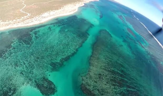 Aeromodelo sobrevoava costa do parque nacional Cape Range, na Austrália (Foto: Reprodução/YouTube/MrLiftHog)