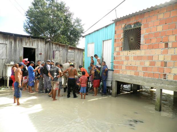A água do igarapé transbordou por causa da chuva (Foto: Divulgação/Corpo de Bombeiros Militar do Amazonas)
