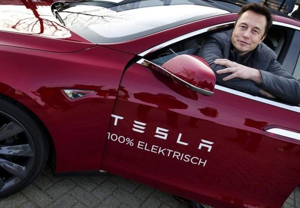 Elon Musk e um dos carros elétricos da Tesla (Foto: Jerry Lampen/AFP/Getty Images)
