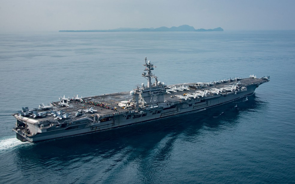O USS Carl Vinson é visto navegando pelo Estreito de Sunda em 15 de abril, em foto divulgada pela Marinha dos EUA (Foto: Mass Communication Specialist 2nd Class Sean M. Castellano/Released)