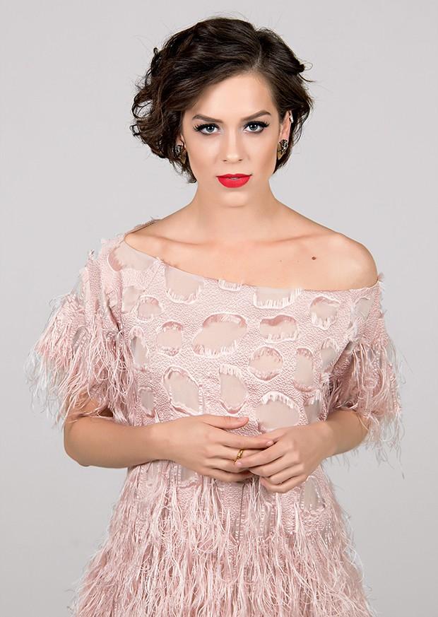 Vestido Fabiana Milazzo, R$ 4.435. Brinco Hector Albertazzi, R$ 570. Anel Estela Geromini, R$ 180. Sandália Arezzo, R$ 259.  (Foto:  )