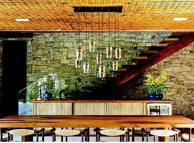 Sala de jantar: o grande destaque do ambiente é a luminária pendente de vidro soprado, criada pela artista Alison Berger. No fundo, a escada de cumaru tem guardacorpo de vidro temperado. Mesa da Aroeira, cadeiras da Dpot e aparador da Plancus (Foto: Edu Castello/ Editora Globo)