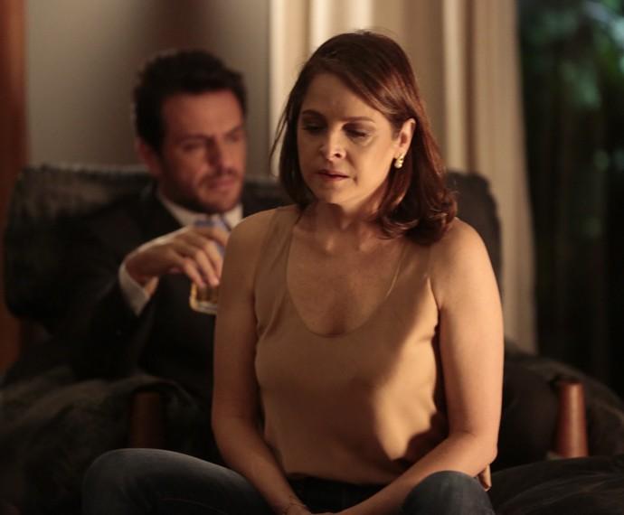 Carolina fica intrigada quando Alex fala sobre sentimentos de Ange (Foto: Felipe Monteiro / Gshow)