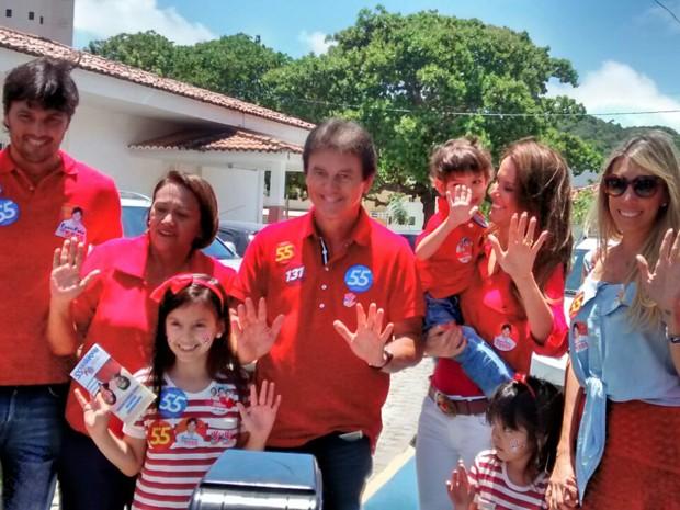 Robinson Faria chega acompanhado da família para votar em Natal (Foto: Fernanda Zauli/G1)